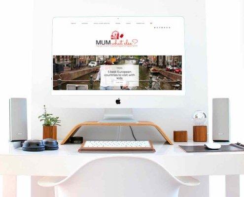 un computer su una scrivania con l'home page di un blog