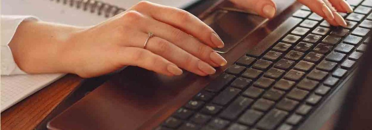 due mani di donne che digitano su un computer