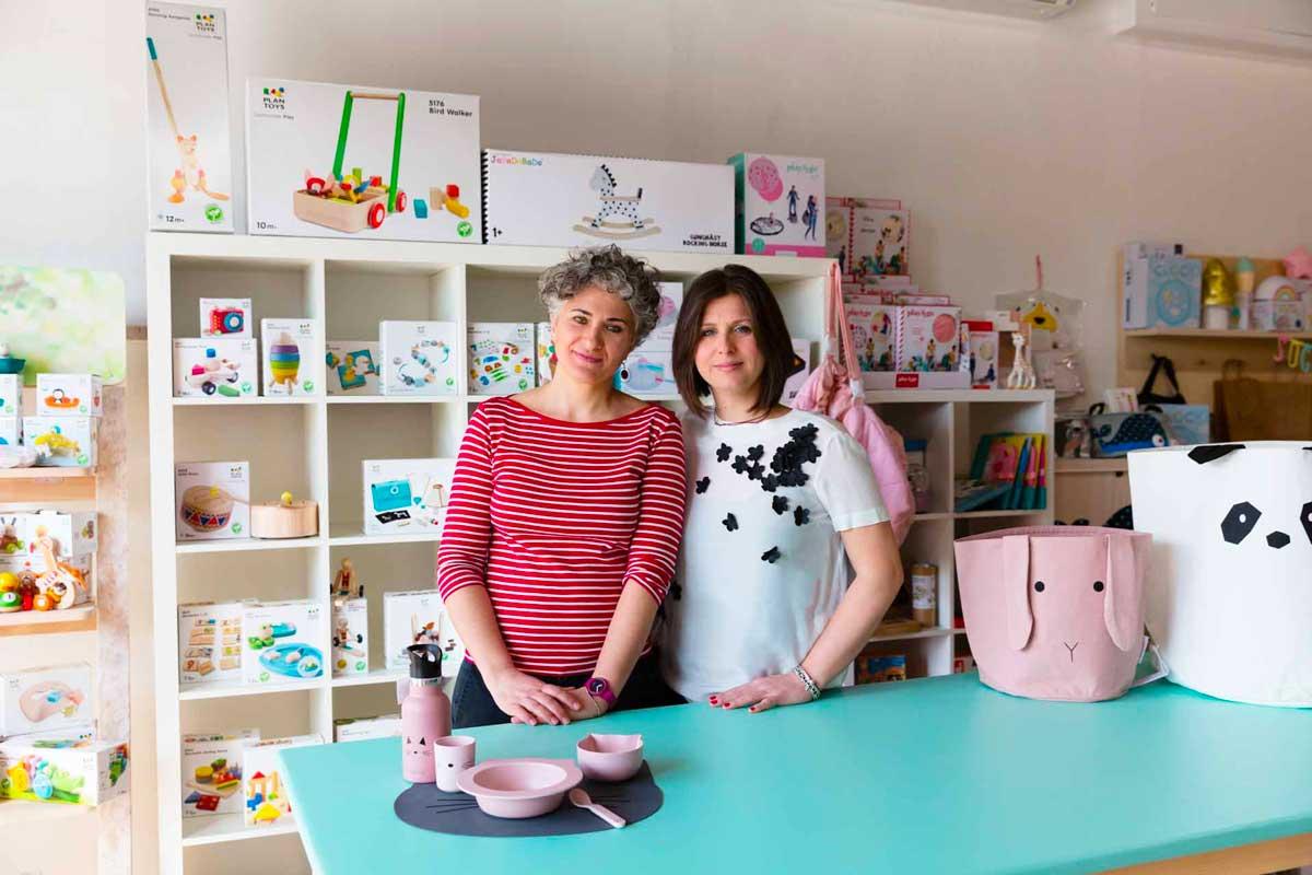 Francesca e Monica nel loro negozio Pisoli e Pannoli