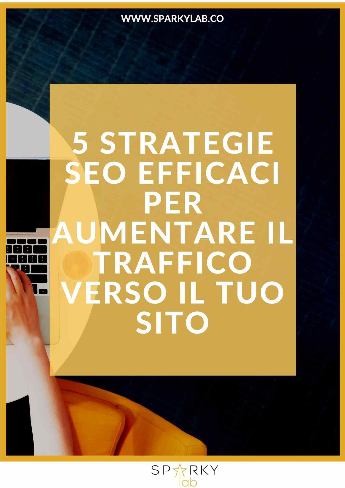 due mani di donna sulla tastiera di un laptotp e la scritta '5 strategie SEO efficaci per aumentare il traffico verso il tuo sito'