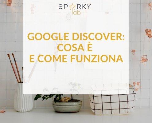 Immagine con scritta in evidenza - Scritta Google Discover cosa è e come funziona davanti a una scrivania bianca con degli oggetti