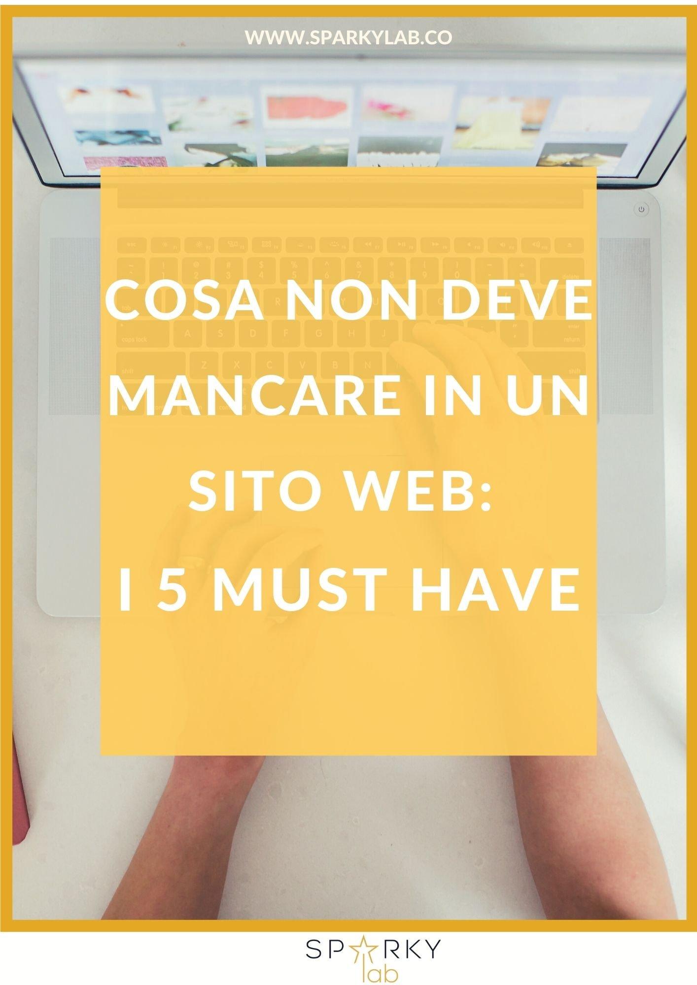 computer aperto e la scritta Cosa non deve mancare in un sito web: i 5 must have